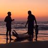 Discussion tardive sur la plage de  Kovalam, Kerala, Inde
