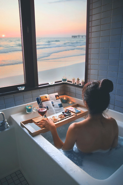 portrait; back; bath; resort; trip; travel; vacation; relax; healing; dayoff; woman; skin; myself; selfie; sunset; window; bathtub; bath time; sea; beach; view; canon; eos; 5d; mark3; meditation; restore; light