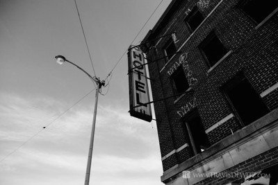 detroit_abandoned_hotel_street_light