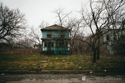 gary_in_abandoned_blue_house_in_ruins_6380