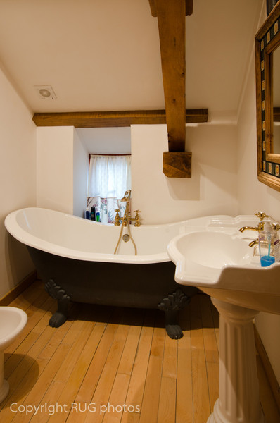 This private en-suite bathroom had a cast iron claw foot roll top slipper bath. The superb quality Heritage porcelain fixtures include a traditional high cistern toilet, bidet and washbasin.