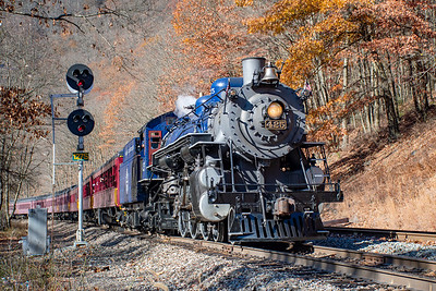 The Reading & Northern 425 passes the signals at MP 127 in the Lehigh Gorge near Jim Thorpe, PA.
