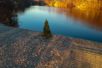 Skyline Lakes Holiday Tree on the Dam - Ringwood