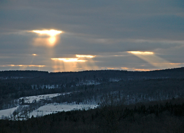 """<div class=""""jaDesc""""> <h4> Sun Peeking Through Clouds - February 12, 2010 </h4> <p>  The sunlight peeking between the clouds caught my eye yesterday afternoon.  It was about a hour before sunset.</p> </div>"""