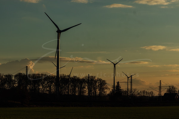 Les éoliennes au coucher du soleil | Wind power generators while sunset