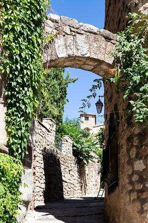 Les Arcs - un village médiéval | a medieval village