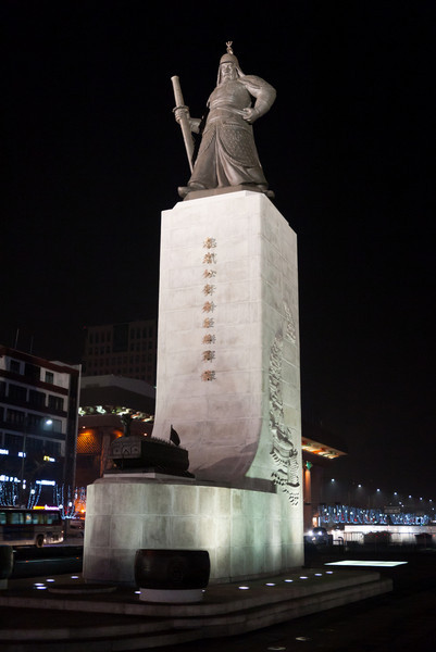 Statue of Yi Sun-sin at night.