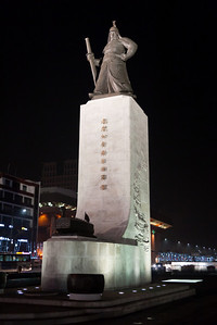 Statue of Yi Sun-sin at night.