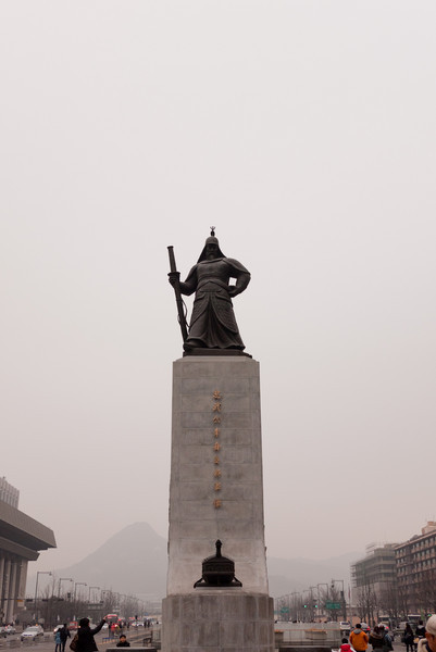 The statue of Yi Sun-sin in Gwanghwamun Plaza.
