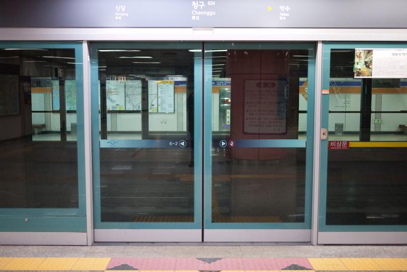 The platform at Cheonggu for subway line 6.