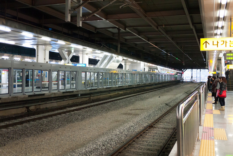 Jungang line subway platform at Yongsan Station.