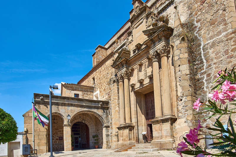 The former church of the Santo Domingo convent. The entrance is next to the Parador de Turismo (entrance on the left).
