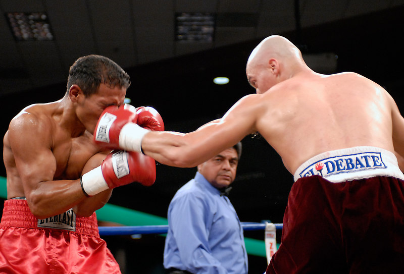 (3.10.2006 --- Desert Diamond Casino)  Ivan Valle scores on William Morelos in the 2rd of their 10 round lightweigh bout.
