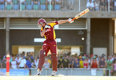 31 Dec 2007 Townsville, Qld, Australia -  Michael Kasprowicz defends a bouncer during the Queensland Bulls v Victoria Bushrangers 20/20 match at Townsville's Riverway Stadium - PHOTO: CAMERON LAIRD (Ph: 0418 238811)