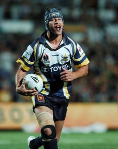 01 SEP 2006 TOWNSVILLE, QLD - Johnathan Thurston runs towards the line - North Queensland Cowboys v Parramatta Eels (Dairy Farmers Stadium) - PHOTO: CAMERON LAIRD
