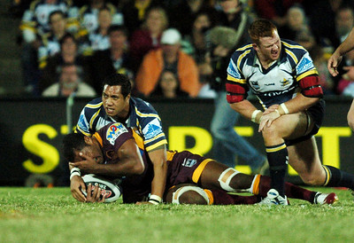 TOWNSVILLE, QLD 13 JUL 2007 - Sione Faumuini was penalised for this high shot on Petero Civoniceva - North Queensland Cowboys v Brisbane Broncos (Dairy Farmers Stadium) - PHOTO: CAMERON LAIRD (PH 0418 238811)