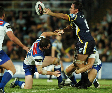 31 Aug 2007 Townsville, Qld, Australia - Matt Scott breaks clear of Bulldogs defenders and offloads - North Queensland Cowboys v Bulldogs (Dairy Farmers Stadium) - PHOTO: CAMERON LAIRD (Ph: 0418 238811)