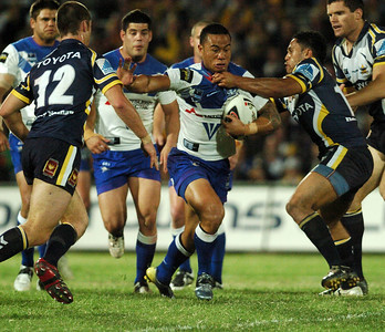 31 Aug 2007 Townsville, Qld, Australia - Ben Roberts runs at the Cowboys line - North Queensland Cowboys v Bulldogs (Dairy Farmers Stadium) - PHOTO: CAMERON LAIRD (Ph: 0418 238811)