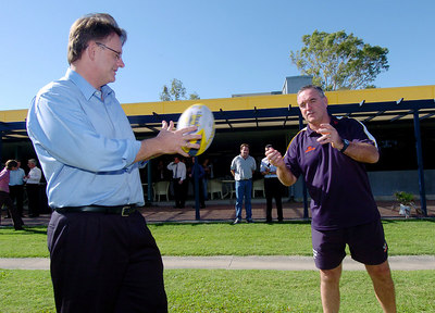 20-SEP-2004  TOWNSVILLE, QLD - North Queensland Cowboys coach Graham Murray passes to Labour leader Mark Latham during his visit to Townsville - PHOTO: CAMERON LAIRD