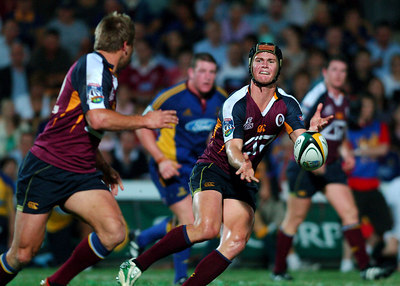 12 MAY 2006 TOWNSVILLE, QLD - Berrick Barnes passes to Ben Tune -The Queensland Reds defeated the Highlanders 22-16 in their Super 14 clash at Dairy Farmers Stadium, Townsville - PHOTO: CAMERON LAIRD