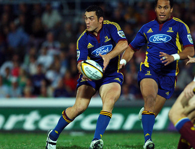 12 MAY 2006 TOWNSVILLE, QLD - Highlanders outside centre Neil Brew passes during the first half of the Queensland Reds Super 14 match against the Highlanders at Dairy Farmers Stadium, Townsville - PHOTO: CAMERON LAIRD