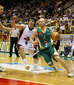 20 Oct 2007 Townsville, Qld, Australia - Brad Sheridan drives around the Adelaide defence - Townsville Crocodiles v Adelaide 36'ers - PHOTO: CAMERON LAIRD (Ph: 0418 238811)