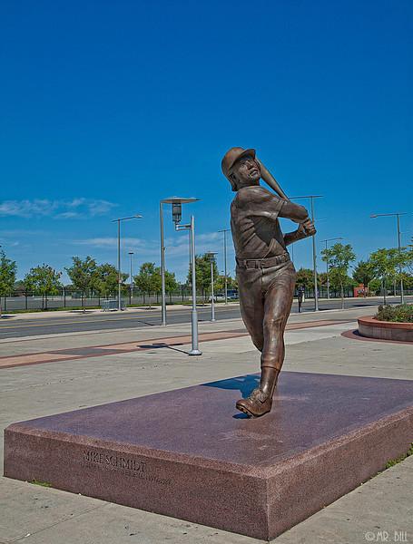Mike Schmidt statue