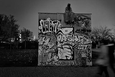 Die Mauer und der Tod, Berlin. –  The Wall and the death, Berlin.