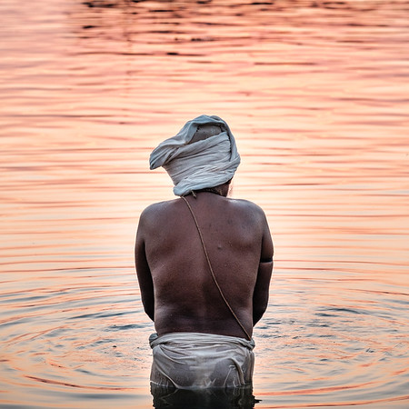 MORNING PRAYERS IN THE GANGES - X-T2 + XF50-140, 1/250s, f5.6, ISO 800