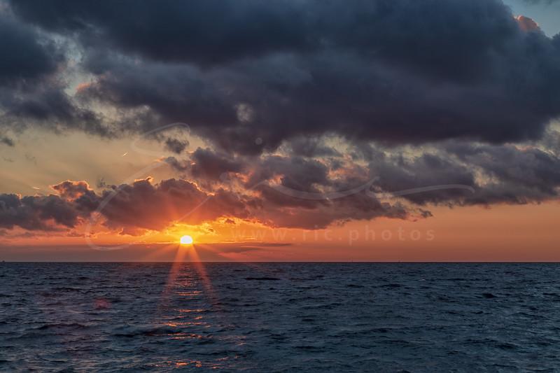 le coucher du soleil à la plage de l'Almanarre | sunset at Almanarre beach