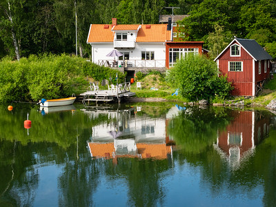 Colorful cottages along the canal
