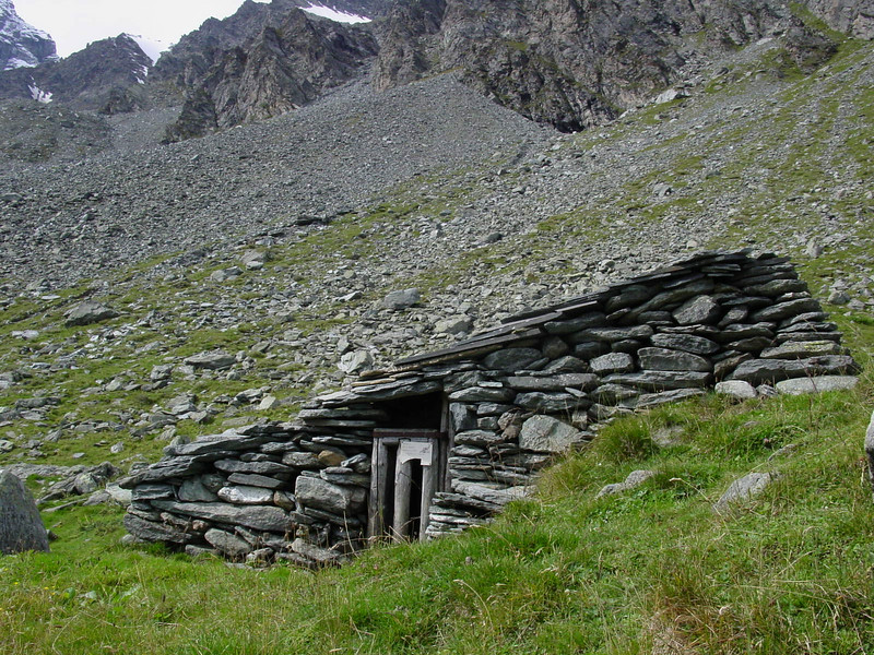 Stone hut on the way up to Le Col des Otanes
