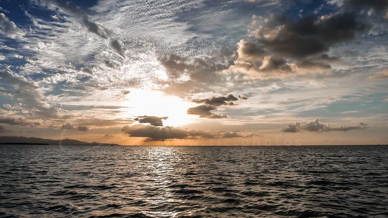 le coucher du soleil sur la mer des Caraïbes en Guadeloupe   sunset over the Caribbean Sea