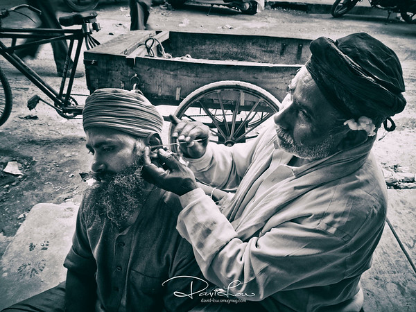 Ear cleansing by the street. The cotton for cleaning was simply tucked above the ear