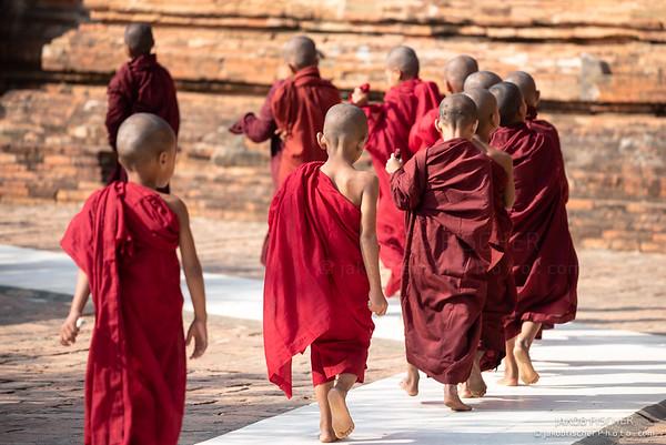burmese monks in Bagan