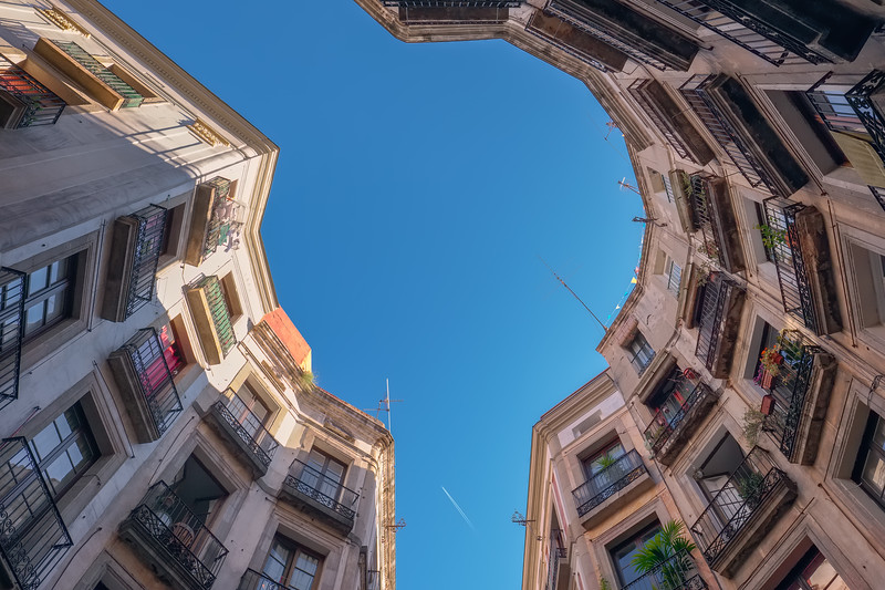 Looking up! Carrer de Milans, Barcelona