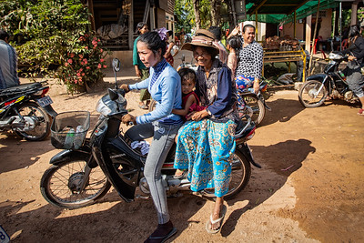 Parade on the road to Banteay Srei