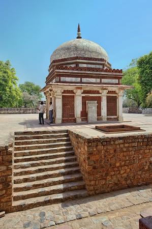 Sidebuilding next to Qutb Minar in Delhi