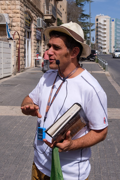Preservation architect Moshe Shapiro<br /> guiding a Jersualem  architecture walk
