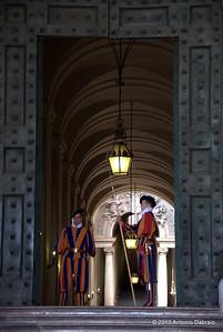 Le guardie svizzere all'entrata del Vaticano
