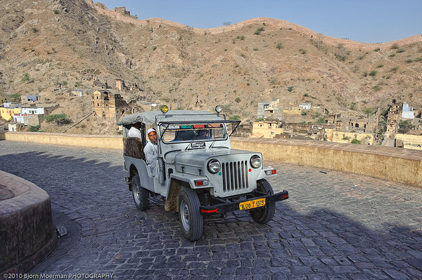 Driving up to the Amber Fort