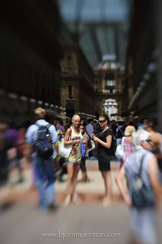 Girls at Galleria Vittoria Emanuele II at Duomo, Milano
