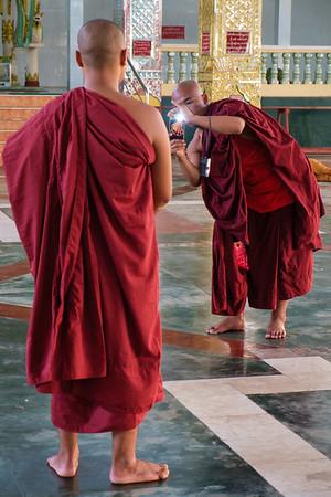 Smile, you are on camera, Chaukhtetgyi Reclining Buddha, Yangon