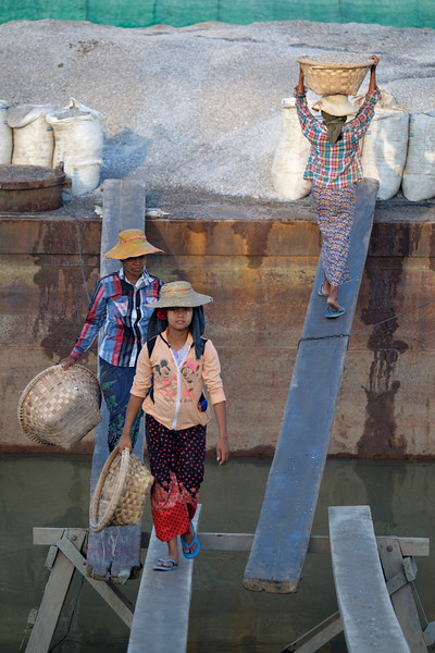 Girlpower at Ayeyarwadi river, Myanmar