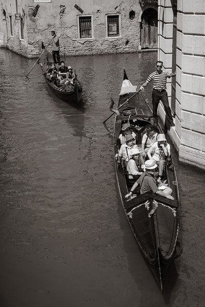 Gondoliers in action