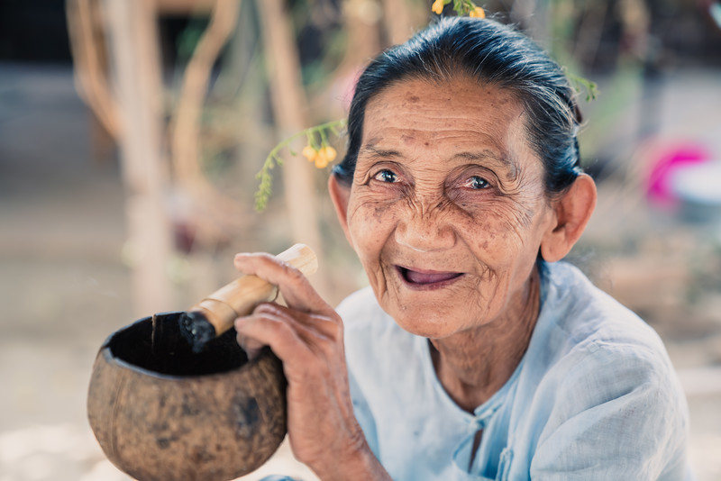 Burmese lady smoking a homemade cheroot | West Pawzaw