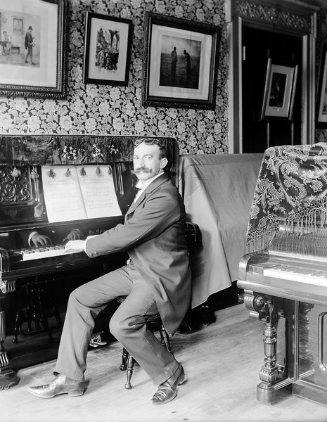 Richards at a 'William Mylius' piano