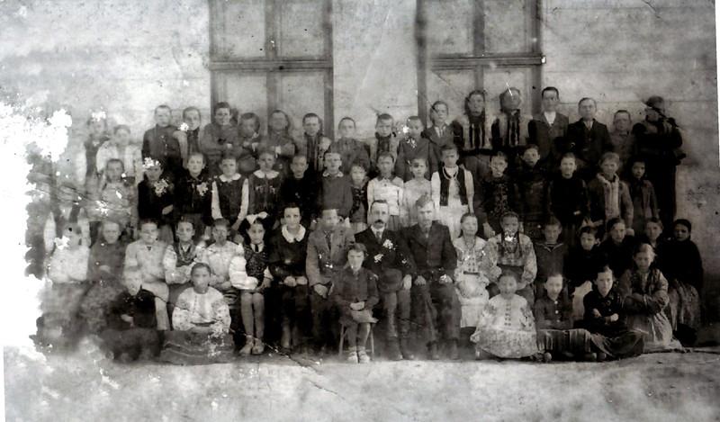 Торське. Ймовірно 1942.  Учні школи.