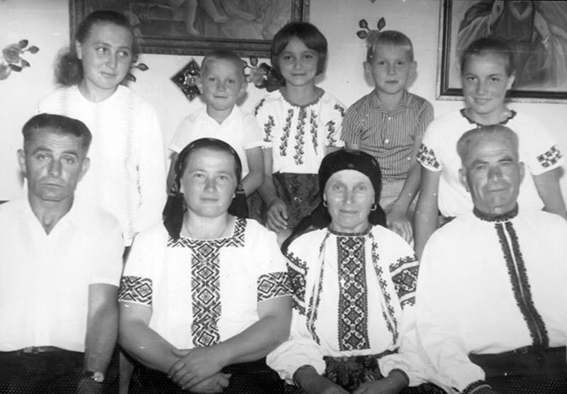 Торське: сидять Василь,  Ольга, мама і тато Михайло Стасюки з дітьми та онуками
