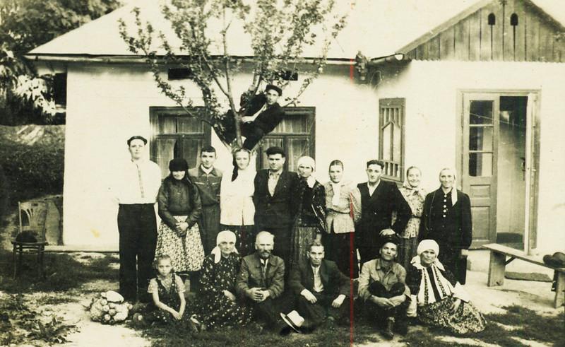 Родинне фото на подвір'ї коло хати Цепенюків. Можливо після поверення Михайла Цепенюка із заслання , яке відбував на Уралі